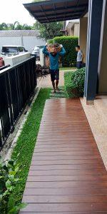 คนงานแบกดินจากหน้าบ้านเพื่อถมดินข้างบ้าน